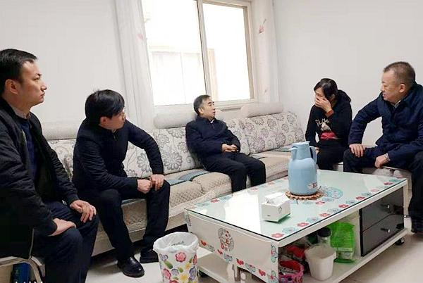 亚博体彩官网集团杨科生一行走访慰问蒲白分公司困难职工